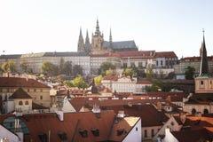 Πράγα, Δημοκρατία της Τσεχίας, στις 22 Απριλίου 2019 - άποψη της Πράγας από ένα ύψος Στέγες της Πράγας στοκ εικόνα με δικαίωμα ελεύθερης χρήσης