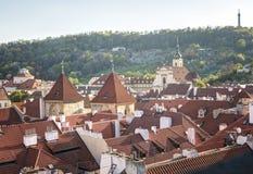 Πράγα, Δημοκρατία της Τσεχίας, στις 22 Απριλίου 2019 - άποψη της Πράγας από ένα ύψος Στέγες της Πράγας στοκ φωτογραφία με δικαίωμα ελεύθερης χρήσης