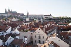Πράγα, Δημοκρατία της Τσεχίας, στις 22 Απριλίου 2019 - άποψη της Πράγας από ένα ύψος Στέγες της Πράγας στοκ εικόνα