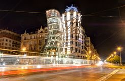 Πράγα, Δημοκρατία της Τσεχίας, στις 22 Απριλίου 2019 - χορεύοντας σπίτι το βράδυ, τα φω'τα των αυτοκινήτων στοκ εικόνα με δικαίωμα ελεύθερης χρήσης