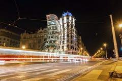 Πράγα, Δημοκρατία της Τσεχίας, στις 22 Απριλίου 2019 - χορεύοντας σπίτι το βράδυ, τα φω'τα των αυτοκινήτων στοκ εικόνα