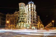 Πράγα, Δημοκρατία της Τσεχίας, στις 22 Απριλίου 2019 - χορεύοντας σπίτι το βράδυ, τα φω'τα των αυτοκινήτων στοκ εικόνες