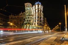 Πράγα, Δημοκρατία της Τσεχίας, στις 22 Απριλίου 2019 - χορεύοντας σπίτι το βράδυ, τα φω'τα των αυτοκινήτων στοκ φωτογραφία