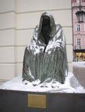 Πράγα, Δημοκρατία της Τσεχίας στις 10 Ιανουαρίου 2015: γλυπτό ενός ατόμου σε ένα αδιάβροχο με μια κουκούλα που προσπερνιέται σε μ στοκ εικόνα