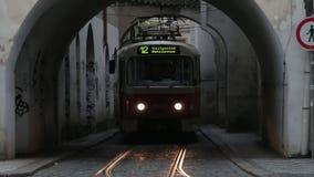 Πράγα, Δημοκρατία της Τσεχίας - τον Αύγουστο του 2018: Άνθρωποι και ιστορικό τραμ ελεύθερη απεικόνιση δικαιώματος