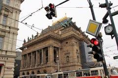 Πράγα, Δημοκρατία της Τσεχίας, τον Ιανουάριο του 2015 Άποψη του εθνικού θεάτρου από την οδό της Πράγας με τους φωτεινούς σηματοδό στοκ εικόνες