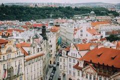 Πράγα, Δημοκρατία της Τσεχίας - το Μάιο του 2014 Άποψη του ιστορικού κέντρου πόλεων, οδοί, κτήρια, κόκκινες στέγες Στοκ φωτογραφία με δικαίωμα ελεύθερης χρήσης
