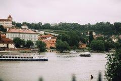 Πράγα, Δημοκρατία της Τσεχίας - το Μάιο του 2014 Άποψη του Vltava, των κόκκινων στεγών και της όχθης ποταμού με τις βάρκες Στοκ φωτογραφίες με δικαίωμα ελεύθερης χρήσης