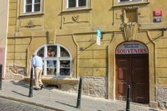 Πράγα, Δημοκρατία της Τσεχίας - το Μάιο του 2016: Ηληκιωμένος που περπατά στη γλυκιά παλαιά οδό κοντά στην όμορφη πρόσοψη του παρ στοκ φωτογραφίες με δικαίωμα ελεύθερης χρήσης