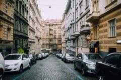 Πράγα, Δημοκρατία της Τσεχίας - το Μάιο του 2014 Η ιστορική οδός της πόλης με το χώρο στάθμευσης για τους κατοίκους Στοκ Φωτογραφία