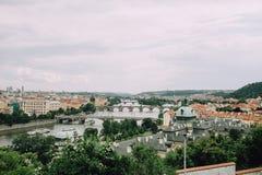 Πράγα, Δημοκρατία της Τσεχίας - το Μάιο του 2014 Πανόραμα του Vltava, της πόλης, των γεφυρών και των κόκκινων στεγών Στοκ Εικόνες