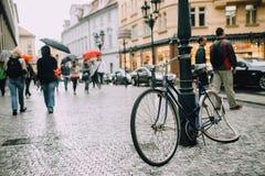 Πράγα, Δημοκρατία της Τσεχίας - το Μάιο του 2014 Σπασμένο ποδήλατο στο στυλοβάτη στο ιστορικό κέντρο Στοκ Εικόνες