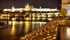 Πράγα επιτραπέζια χρήση φωτογραφιών νύχτας τοπίων εγκαταστάσεων εικόνας ανασκόπησης όμορφη cesky τσεχική πόλης όψη δημοκρατιών kr Στοκ Φωτογραφία