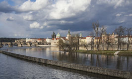 Πράγα - ο ποταμός και οι ουρανοί Στοκ Εικόνες