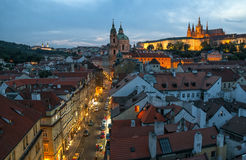 Πράγα, παλαιά οδός στην περιοχή Mala Strana τη νύχτα Στοκ εικόνα με δικαίωμα ελεύθερης χρήσης