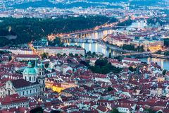 Πράγα στην μπλε ώρα λυκόφατος, άποψη του Κάστρου της Πράγας και του καθεδρικού ναού Αγίου Vitus στη Δημοκρατία της Τσεχίας στοκ εικόνες