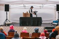 Πράγα, στις 18 Δεκεμβρίου 2016: Αγορά σχεδίου στην Πράγα - το άτομο στο καπέλο και το κοστούμι παρουσιάζει θέατρο μαριονετών στη  Στοκ Εικόνα