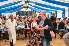 Πράγα, στις 23 Σεπτεμβρίου 2017: Γιορτάζοντας το παραδοσιακό γερμανικό φεστιβάλ μπύρας αποκαλούμενο Oktoberfest στη Δημοκρατία τη στοκ εικόνες