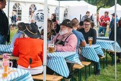 Πράγα, στις 23 Σεπτεμβρίου 2017: Γιορτάζοντας το παραδοσιακό γερμανικό φεστιβάλ μπύρας αποκαλούμενο ανθρώπους Oktoberfest επικοιν στοκ εικόνα