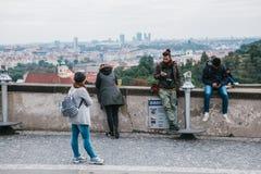 Πράγα, στις 21 Σεπτεμβρίου 2017: Νέοι στη γέφυρα παρατήρησης Τηλέφωνα κυττάρων χρήσης τύπων Ένα κορίτσι θαυμάζει την άποψη στοκ εικόνα