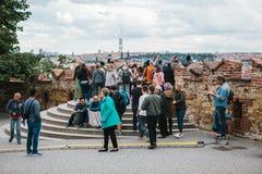 Πράγα, στις 18 Σεπτεμβρίου 2017: Οι άνθρωποι στη γέφυρα παρατήρησης θαυμάζουν τις όμορφες απόψεις της πόλης και επικοινωνούν στοκ εικόνες με δικαίωμα ελεύθερης χρήσης