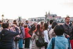 Πράγα, στις 18 Σεπτεμβρίου 2017: Οι τουρίστες απολαμβάνουν τη μεσαιωνική αρχιτεκτονική στη γέφυρα του Charles Κάποιος παίρνει τις στοκ φωτογραφία με δικαίωμα ελεύθερης χρήσης