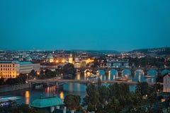 Πράγα στο λυκόφως, άποψη των γεφυρών σε Vltava Στοκ Φωτογραφίες