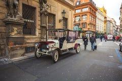 25 01 2018 Πράγα, τσεχικό Respublic - παλαιά αυτοκίνητα για μια περιήγηση με τα πόδια Στοκ εικόνα με δικαίωμα ελεύθερης χρήσης
