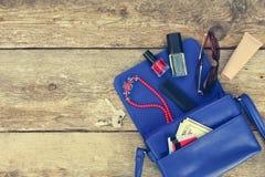 Πράγματα από το ανοικτό γυναικείο πορτοφόλι Στοκ εικόνα με δικαίωμα ελεύθερης χρήσης