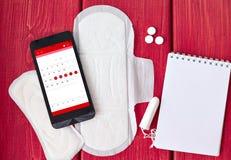 Πράγματα και ημερολόγιο εμμηνόρροιας στο smartphone Στοκ φωτογραφία με δικαίωμα ελεύθερης χρήσης