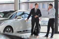Πράκτορας και πελάτης αυτοκινήτων στοκ εικόνες