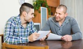Πράκτορας και πελάτης με τα έγγραφα στο σπίτι Στοκ φωτογραφία με δικαίωμα ελεύθερης χρήσης