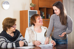 Πράκτορας που συμβουλεύεται τις ηλικιωμένες γυναίκες Στοκ φωτογραφία με δικαίωμα ελεύθερης χρήσης