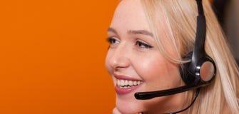 Πράκτορας τηλεφωνικών κέντρων στην εργασία Στοκ φωτογραφίες με δικαίωμα ελεύθερης χρήσης