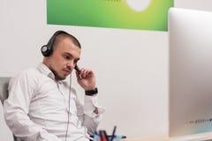 Πράκτορας τηλεφωνικών κέντρων στην εργασία Στοκ Φωτογραφίες