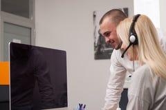 Πράκτορας τηλεφωνικών κέντρων στην εργασία Στοκ Φωτογραφία