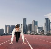 Πράξεις επιχειρηματιών όπως έναν δρομέα Ανταγωνισμός και πρόκληση στην επιχειρησιακή έννοια Στοκ φωτογραφία με δικαίωμα ελεύθερης χρήσης