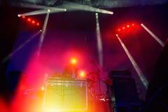 Πράξεις του DJ στην απόδοση νύχτας Στοκ φωτογραφία με δικαίωμα ελεύθερης χρήσης