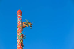 Πράσινα αγάλματα δράκων στον κόκκινο πόλο μπροστά από τον κινεζικό ναό Στοκ Εικόνες