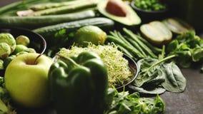 Πράσινα αντιοξειδωτικά οργανικά λαχανικά, φρούτα και χορτάρια απόθεμα βίντεο