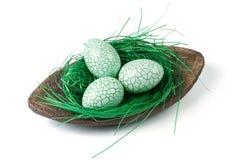 Πράσινα αυγά Πάσχας σε ένα διακοσμητικό πιάτο στοκ εικόνα με δικαίωμα ελεύθερης χρήσης