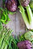 Πράσινα λαχανικά και παλαιό ξύλινο υπόβαθρο Στοκ Εικόνες