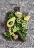 Πράσινα λαχανικά και φρούτα Detox σε έναν ξύλινο πίνακα Έννοια υγιών, τροφίμων διατροφής στοκ φωτογραφίες