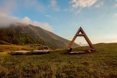Πράσινα βουνά στα σύννεφα Ο Καύκασος Στοκ Εικόνα