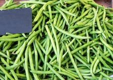 Πράσινα γαλλικά φασόλια σειράς στην πώληση στην αγορά, τοπ άποψη Φυσικά σχέδιο και υπόβαθρο στοκ εικόνα