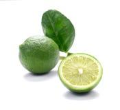 Πράσινα λεμόνια, κομμάτια περικοπών λεμονιών στο άσπρο υπόβαθρο Στοκ Φωτογραφία
