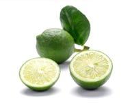 Πράσινα λεμόνια, κομμάτια περικοπών λεμονιών στο άσπρο υπόβαθρο Στοκ εικόνα με δικαίωμα ελεύθερης χρήσης