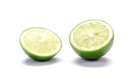 Πράσινα λεμόνια, κομμάτια περικοπών λεμονιών στο άσπρο υπόβαθρο Στοκ φωτογραφίες με δικαίωμα ελεύθερης χρήσης