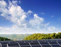 Πράσινα ενεργειακά ηλιακά πιάτα για το χωριό κοιλάδων Στοκ εικόνες με δικαίωμα ελεύθερης χρήσης