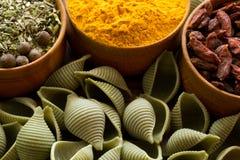 Πράσινα ζυμαρικά με το goji και turmeric Στοκ εικόνες με δικαίωμα ελεύθερης χρήσης
